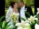 Fehér virágokkal van az oltár tele